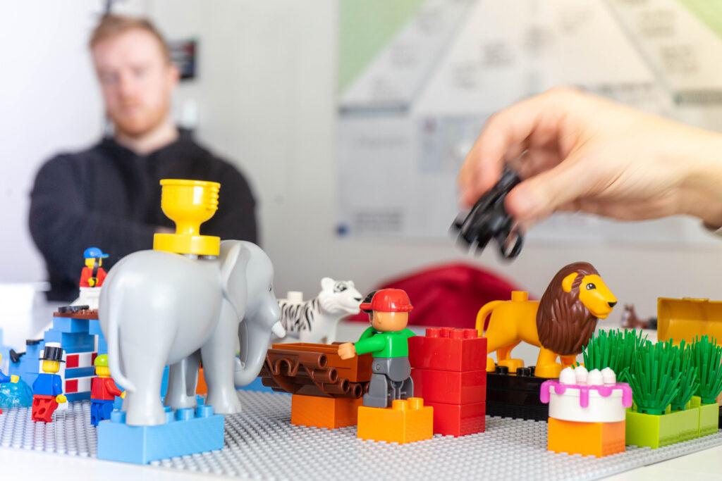 Studierende der Hochschule Hof setzen im Seminar Lego Serious Play ein, um ihre Visionen darzustellen und deren Komplexität anderen begreifbar zu machen; Foto: Hochschule Hof;